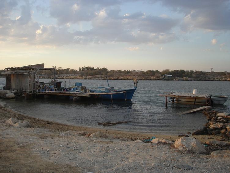 устье реки Потамос, семейный рыбный ресторан на берегу, вид из окна