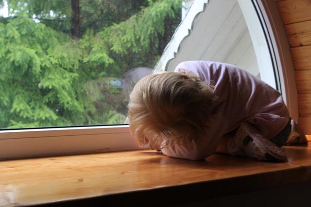 Я - мама. Это много или мало?[br] Я – мама. Это счастье или крест?[br] И невозможно все начать сначала,[br] И я молюсь теперь за то, что есть:[br] За плач ночной, за молоко, пеленки,[br] За первый шаг, за первые слова.[br] За всех детей. За каждого ребенка.[br] Я – мама! И поэтому права.[br] Я – целый мир. Я – жизни возрожденье.[br] И я весь свет хотела бы обнять.[br] Я – мама. Это наслажденье[br] Никто не в силах у меня отнять!
