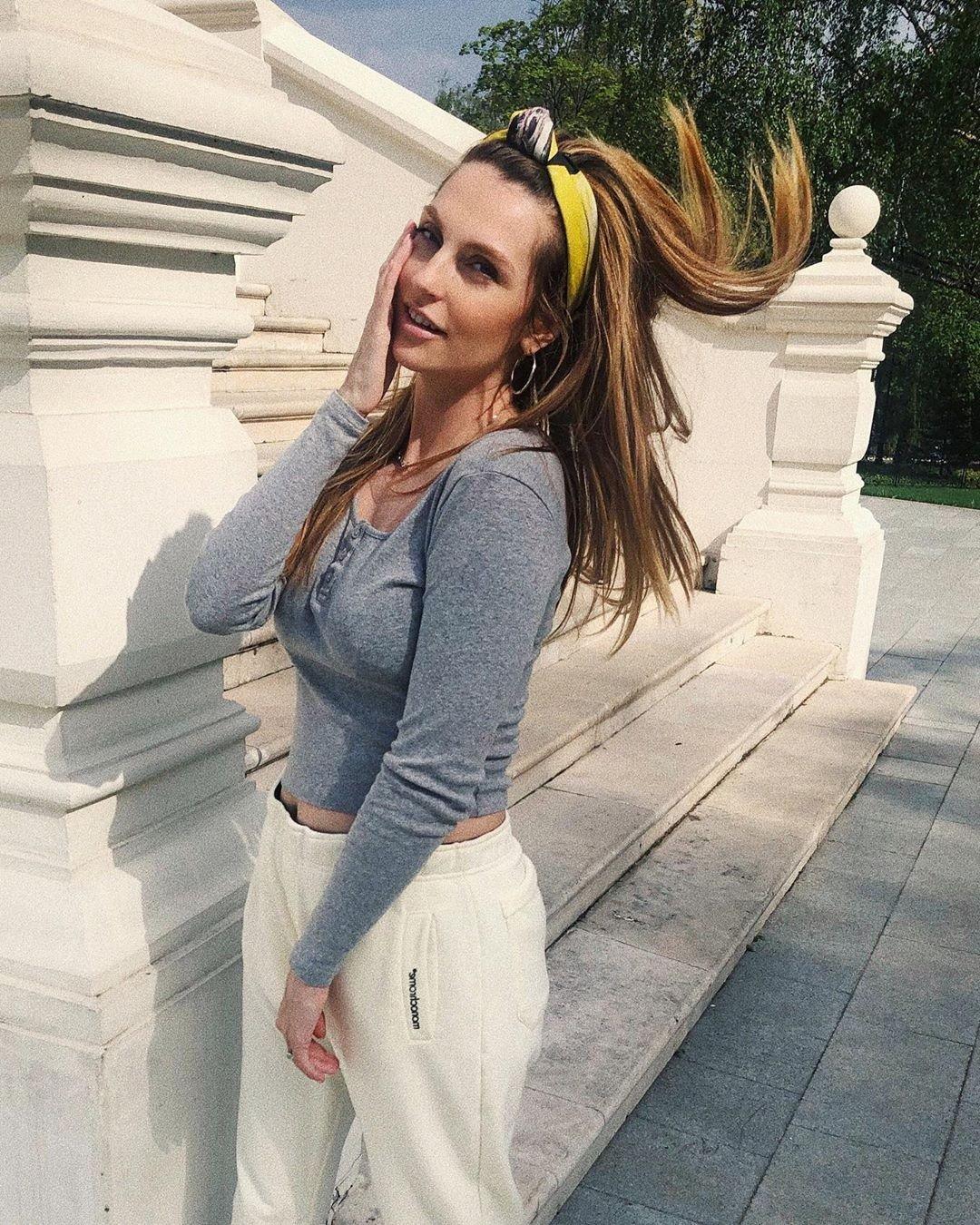 Модная мамочка: Саша Савельева прогулялась с сыном в стильном наряде