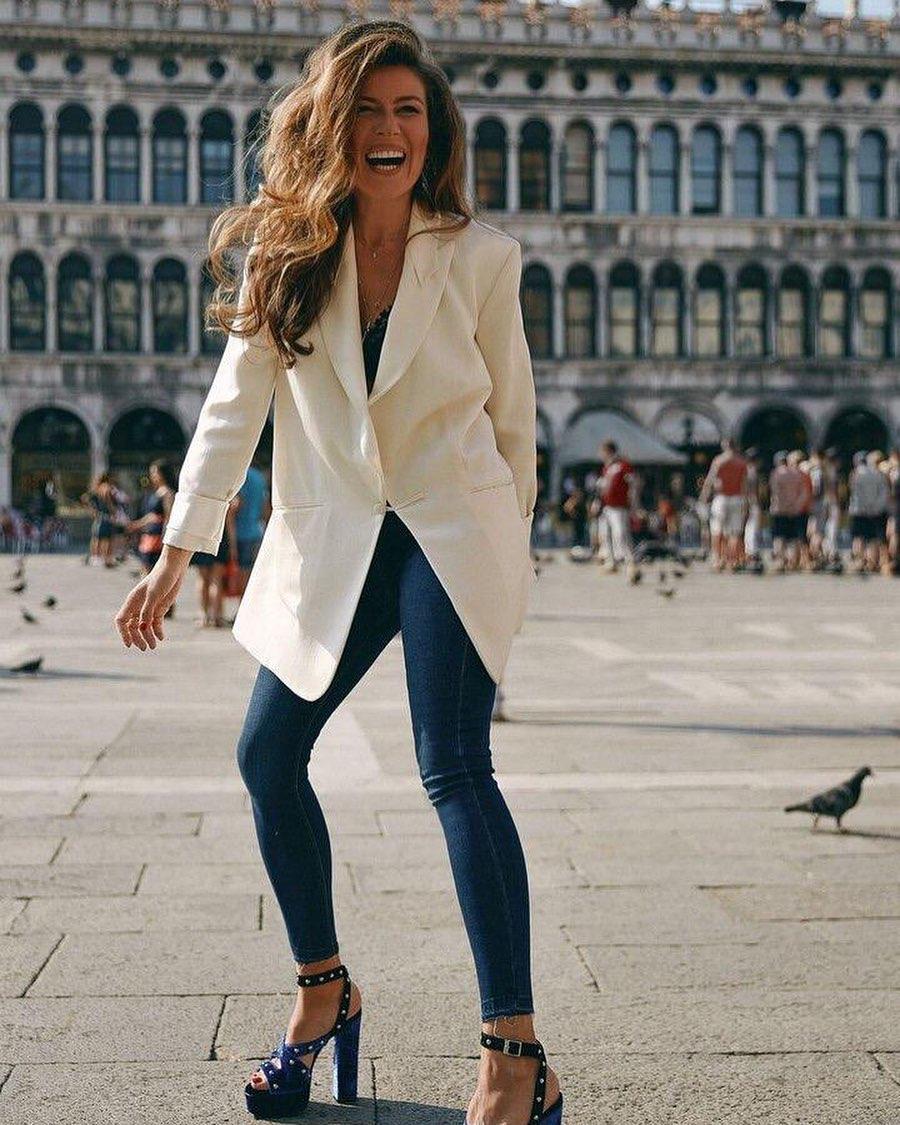 Босая и счастливая: Жанна Бадоева продемонстрировала стройные ноги