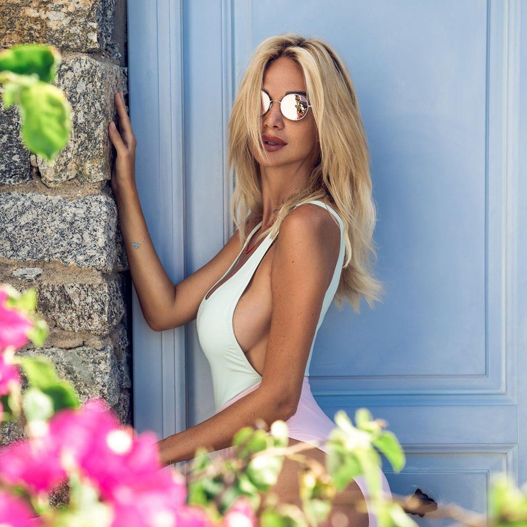 Виктория Лопырева показала роскошную фигуру в пляжной фотосессии