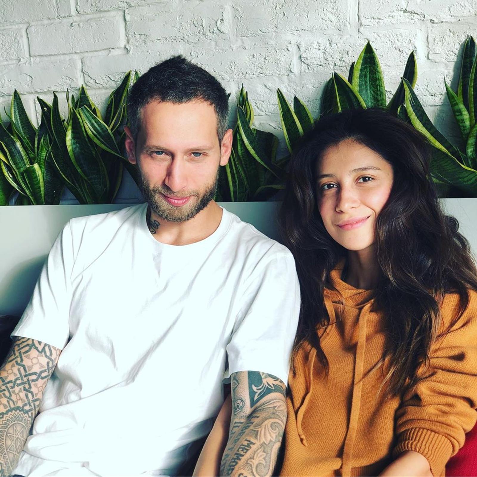 Татуировки и взгляд с прищуром: с кем Равшана Куркова отправилась в отпуск