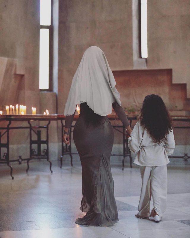 Эгине и Гаяне: сестры Кардашьян приняли крещение в Армении