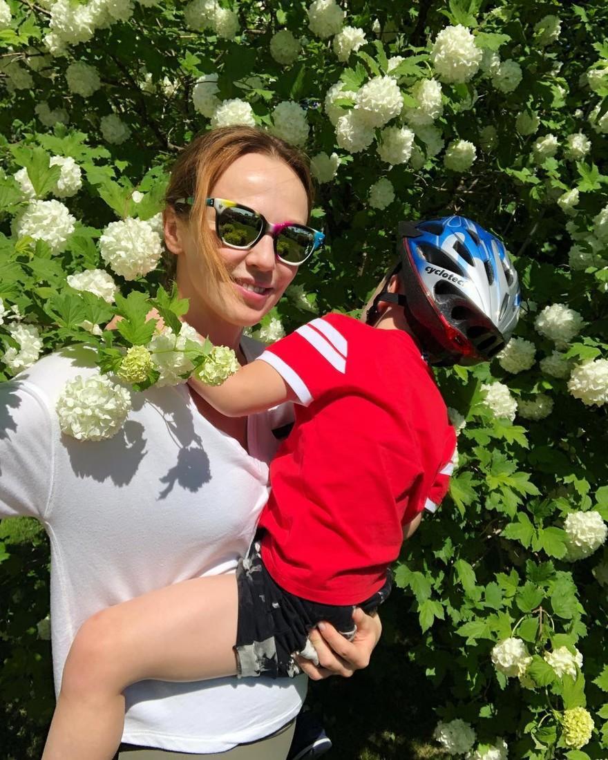 Мама перетанцевала! Альбина Джанабаева показала редкое видео в младшим сыном