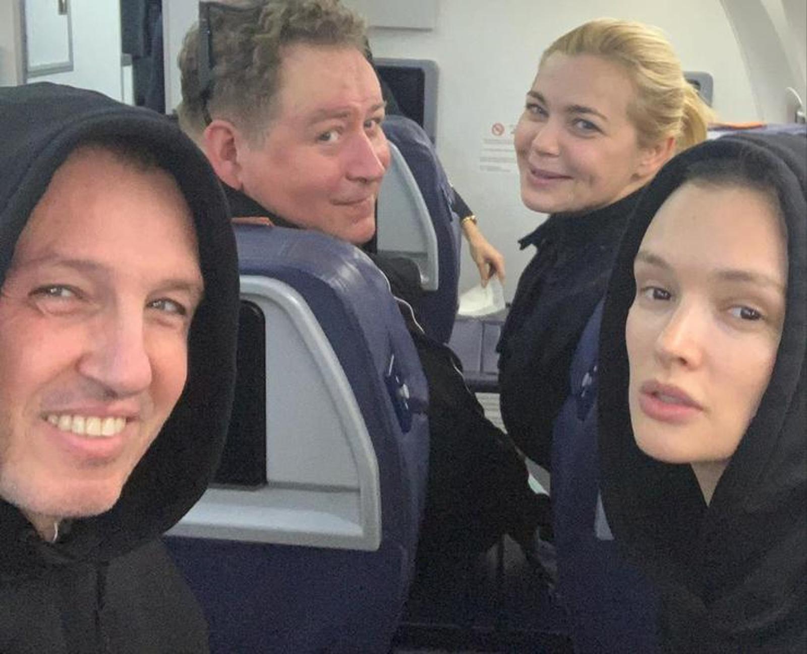 Веселая поездочка: Ирина Пегова и Паулина Андреева показали себя без макияжа во время перелета
