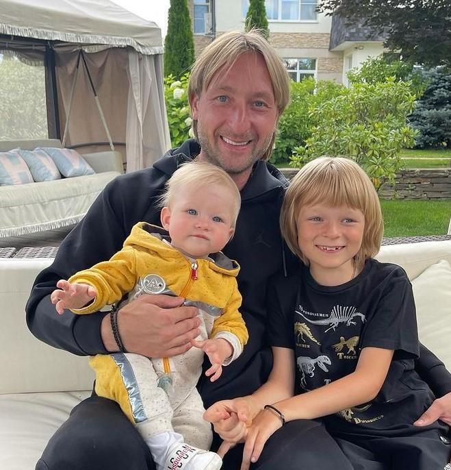 Не разлучаясь с сыном: Евгений Плющенко провел тренировку с маленьким Арсением на плечах