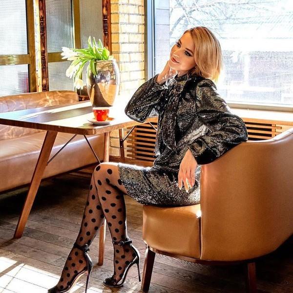 Блестящее платье и колготки в горошек: Наталья Поклонская поразила кокетливым образом