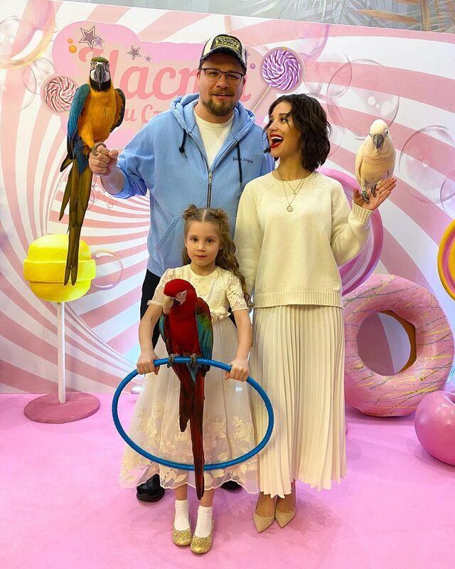 Все еще семья: Гарик Харламов и Кристина Асмус вместе сводили дочь в кино