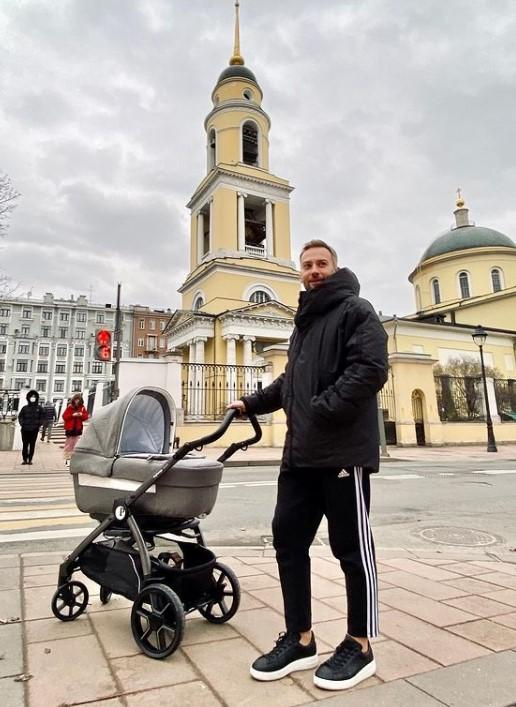 Приходится извиняться! Дмитрий Шепелев пожаловался на сложный утренний график после рождения сына