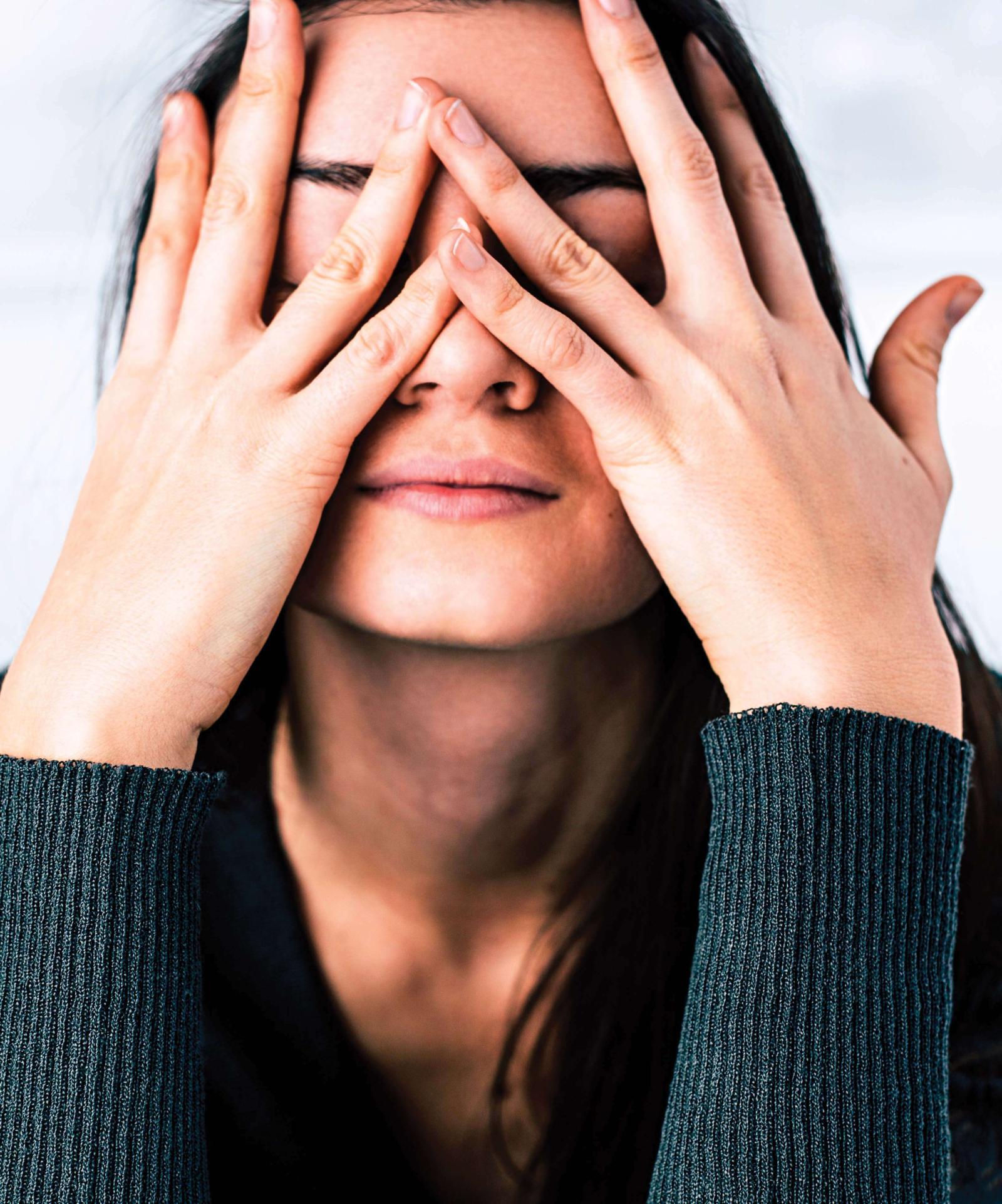 Как не трогать лицо — когда кругом коронавирус, это, правда, важно! Серьезная инструкция без шуточек про собачий воротник