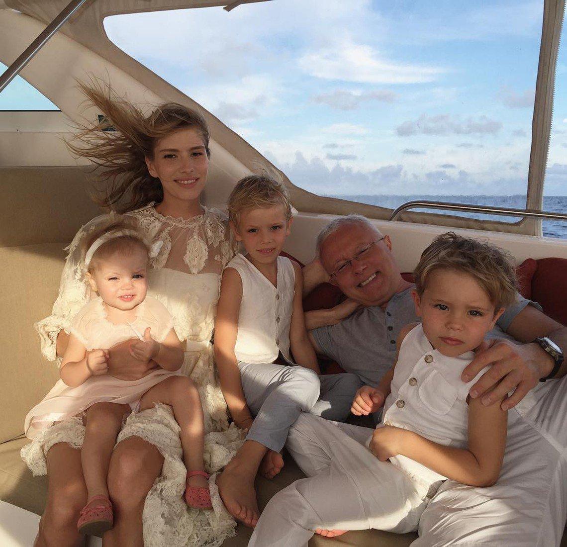 Елена Перминова с мужем и детьми