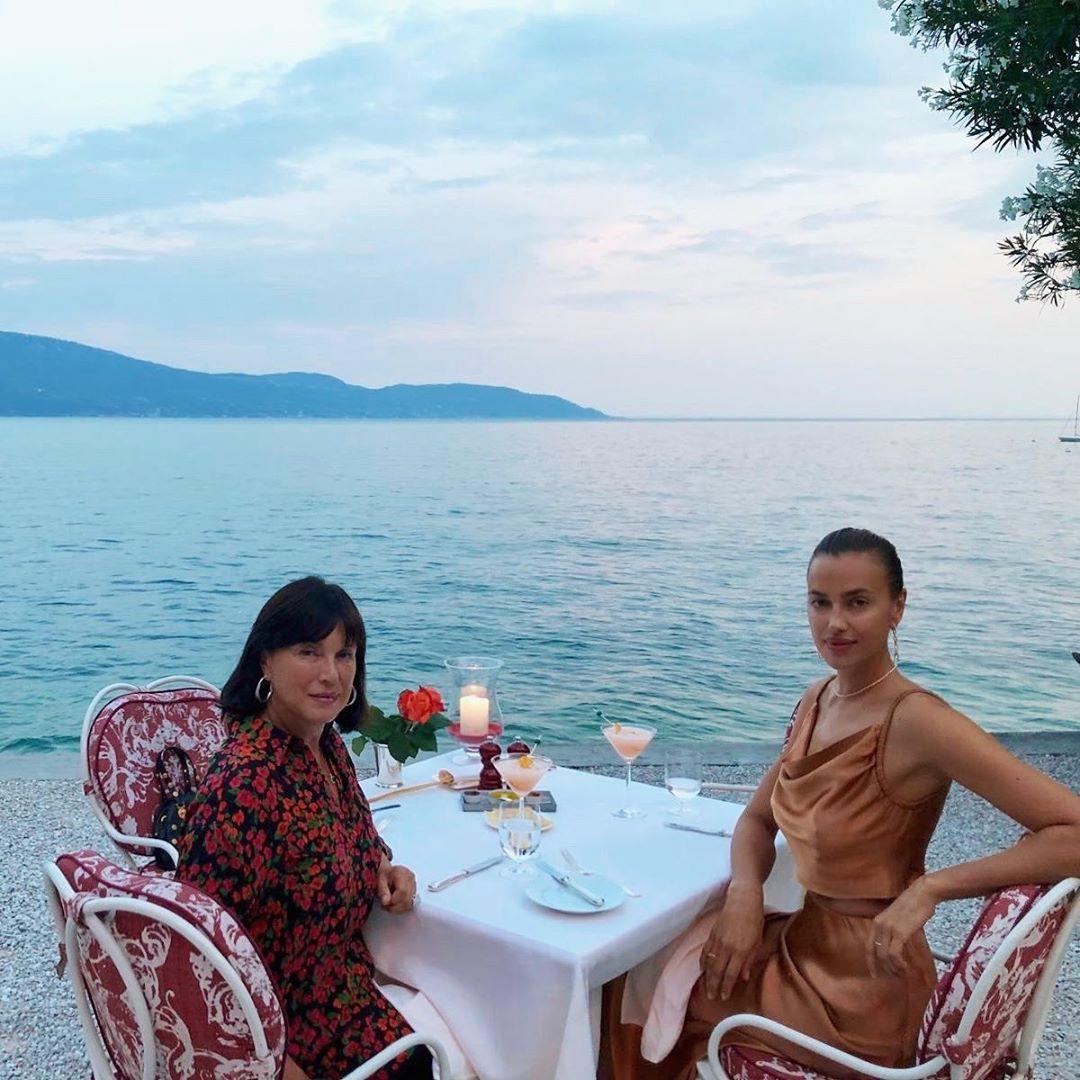 Ирина Шейк на отдыхе с мамой