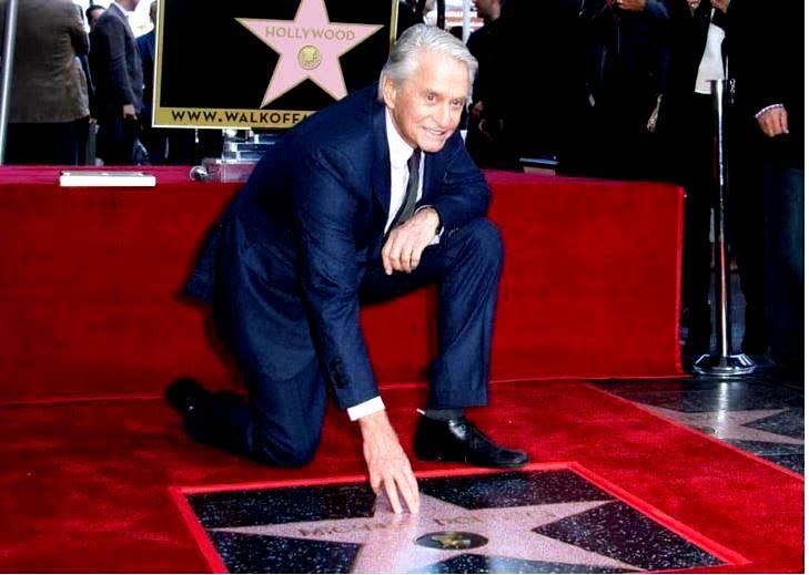 Майкл Дуглас со свой заслуженной звездой на Аллее славы