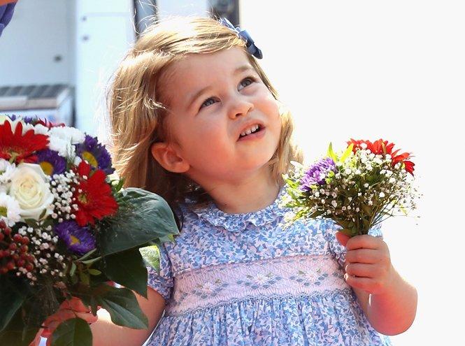 Принцесса Шарлотта с цветами