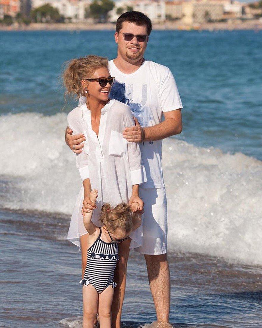 Актриса с дочкой и мужем