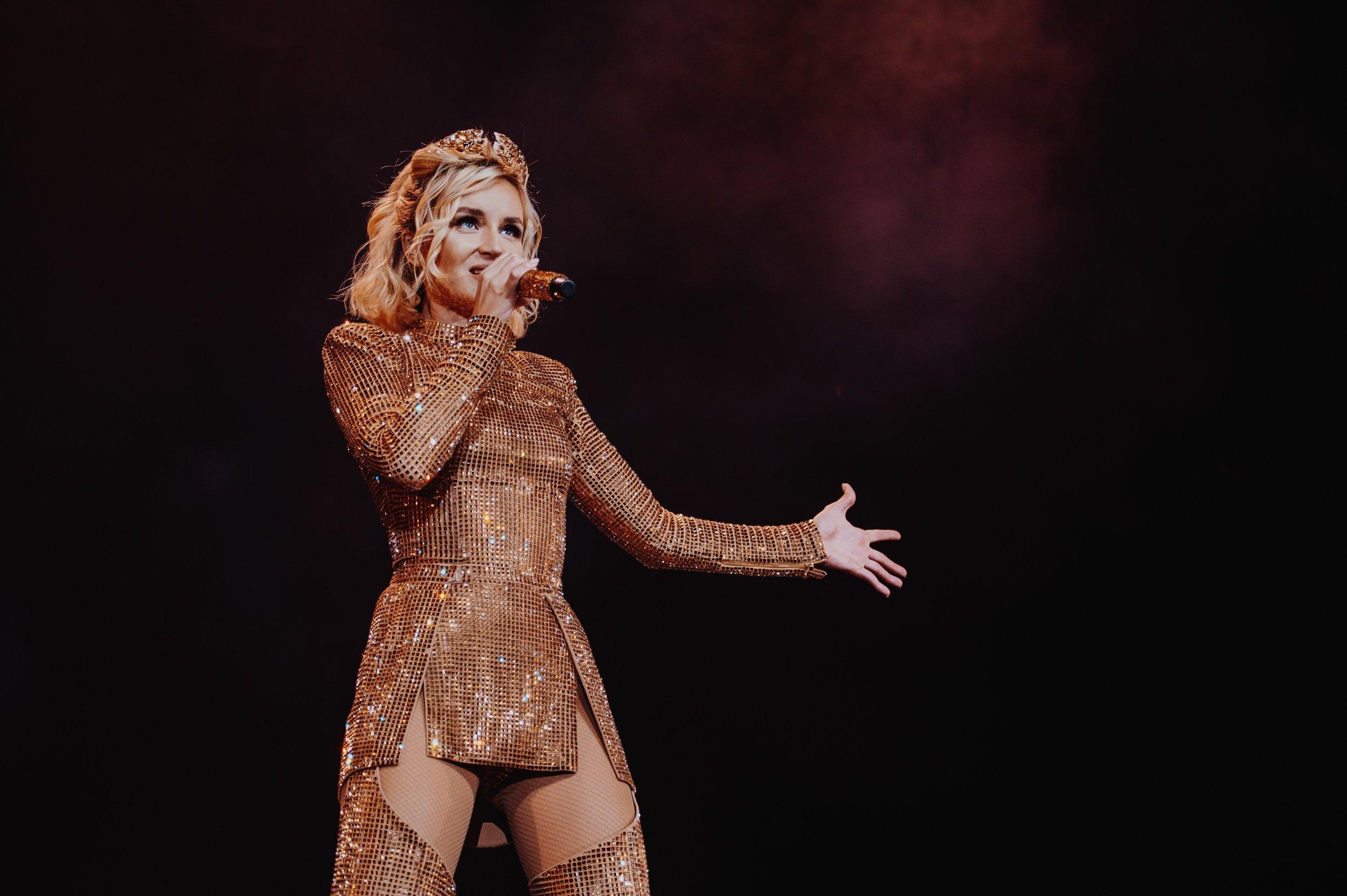 Полина Гагарина на сцене