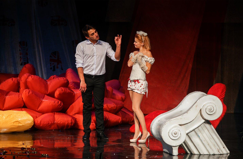 Михаил на сцене тетра в спектакле
