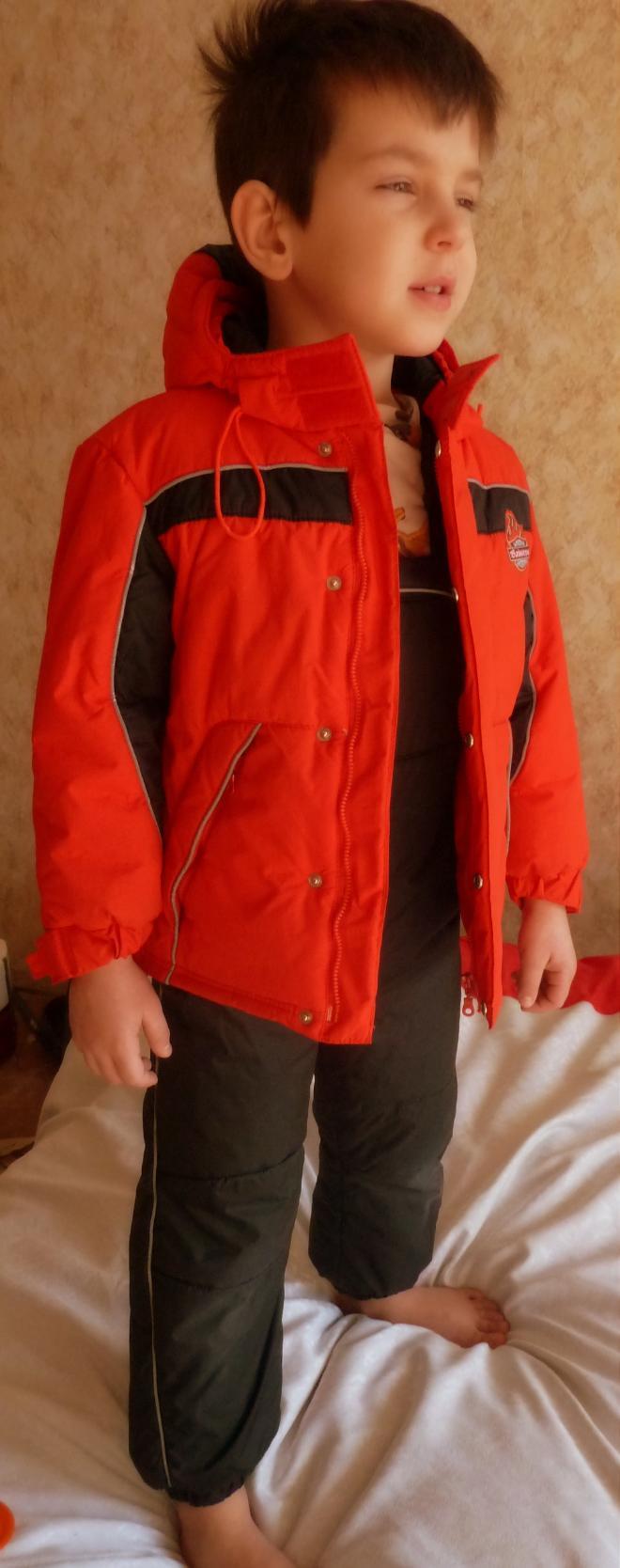 Комплект Этти Детти, размер 110, модель рост 124, нормального телосложения. Реально носили где-то до 115. Из-за резинок на рукавах и штанинах реально носить от 98-100 см.