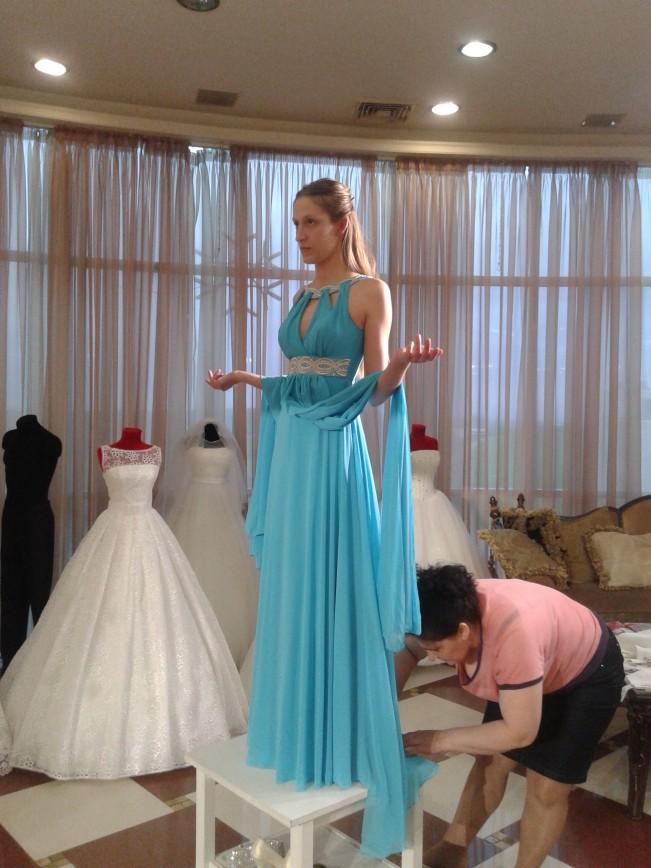 Продаю платье для торжеств.42-44, подгон под рост 175 при туфлях -лодочках,без каблука. Состояние идеальное.Смотрится очень красиво.Покупали в свадебном салоне за 17 000 руб. Прошу 5 000руб. .