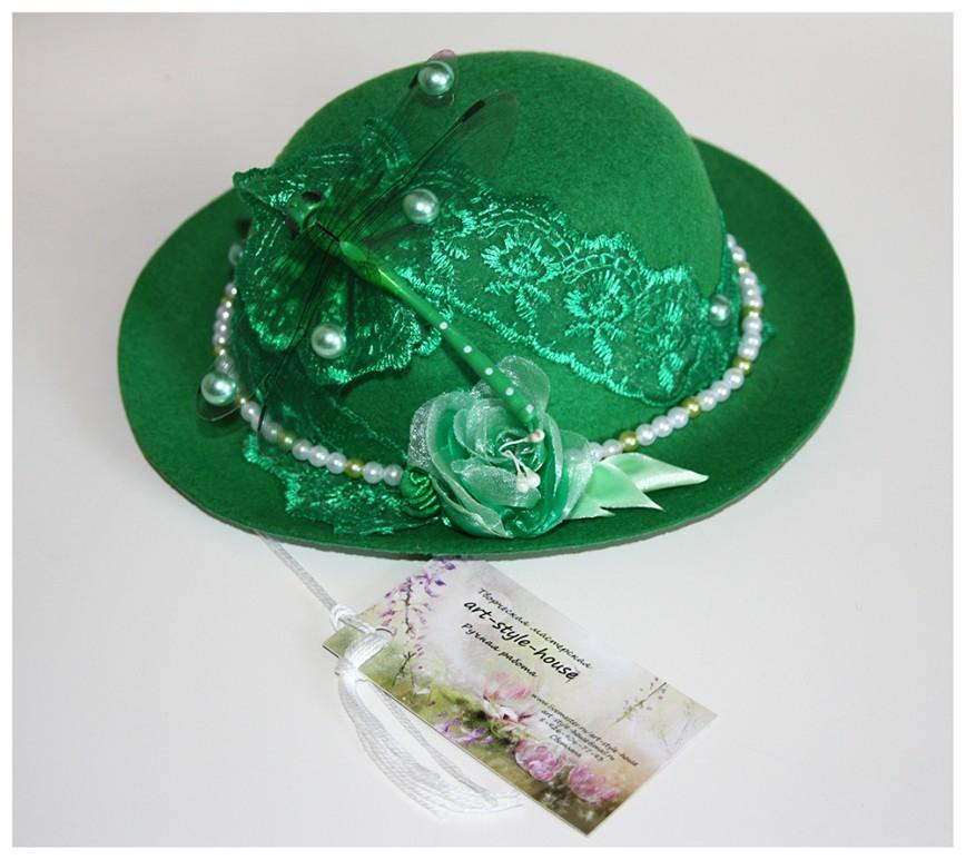 Автор: xPANTERAx, Фотозал: Мое хобби, Шляпка лепрекона или волшебницы. Ручная работа. Украшена розами из атласных лент и органзы, бусинами, карбошонами и кружевом в тон шляпки, Замечательно украшает шляпку, стрекоза расположившаяся там. Диаметр шляпкы (поля) 19,5 см.