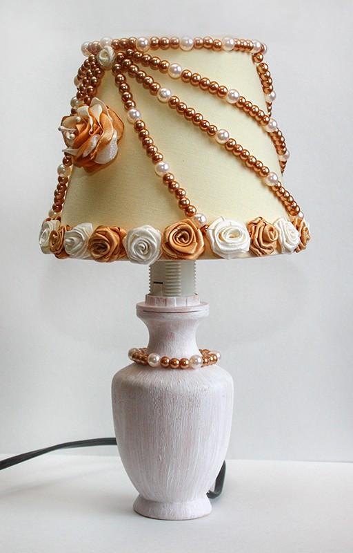 Автор: xPANTERAx, Фотозал: Мое хобби, Мой первый светильник. Моя ручная работа. Сделала в подарок. Абажур украшен розочками из атласных лент и бусинами. основа покрашена акриловой краской и украшена бусинами.
