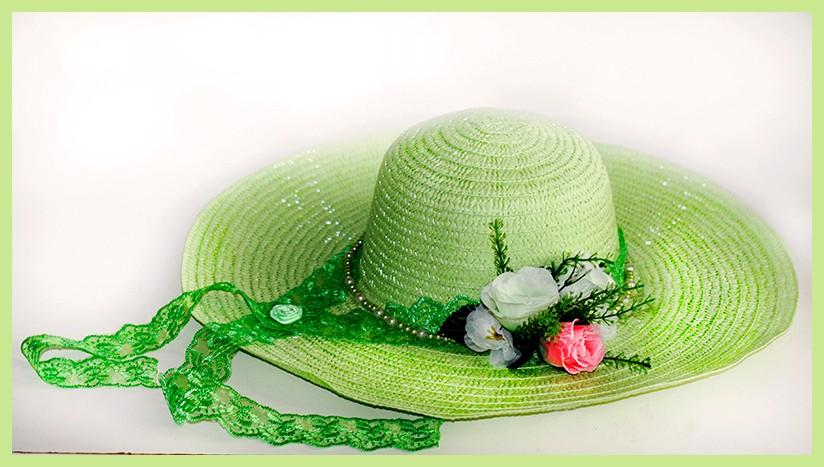 Автор: xPANTERAx, Фотозал: Мое хобби, Соломенная шляпка нежно-салатового цвета. Украшена кружевом, бусинами под жемчуг, розочкой из атласной ленточки и искусственными розами.