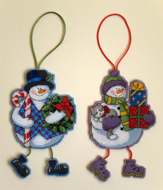 Еще новогодние игрушки, тоже на пластиковой канве. Схемы  - Wind Chimes Snowmen Dimensions. У меня были остатки от наборов, поэтому подбор ниток делала сама.