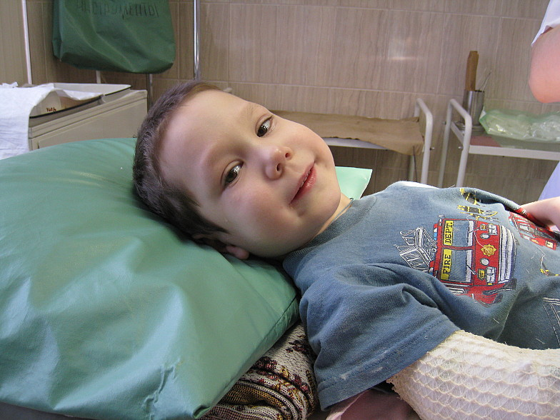 Руслан в период 3ей госпитализации, уже прооперировали 2 ножки и 1 ручку. Вот такой вот Боец-и слезки и улыбка.