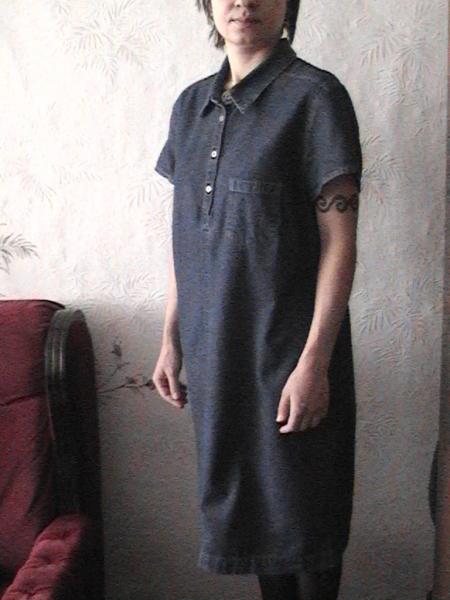 Беременное синее джинсовое платье Marks & Spenser , размер 46-48. У платья короткие рукава, спереди недлинная планка на металлических пуговках и кармашек, сзади – симпатичный разрезик. Чуть ниже колен. Платье незаменимо летом (особенно, в жару – больше, вообще ничего не надо!!!), очень удобное, элегантное, как, в повседневной носке, так и на праздничные мероприятия, а, главное – с т р о й н и т   и скрадывает животик. К сожалению, на фотке я уже без живота. Цена 850 руб. Желаю удачных покупок! При покупке платье + джинсы - очень существенная скидка!!!