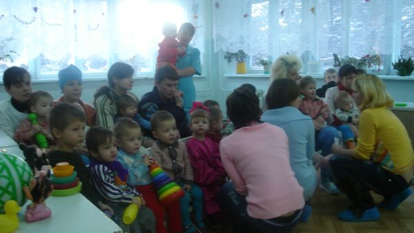 Когда мы приехали, детки уже ждали нас, чинно рассевшись на стульчиках и коленях медсестер. Чтобы не напугать их, мы решили сначала немного познакомиться. Едва начав разговаривать с детьми, одна из наших девочек-студенток почти сразу расплакалась и убежала...