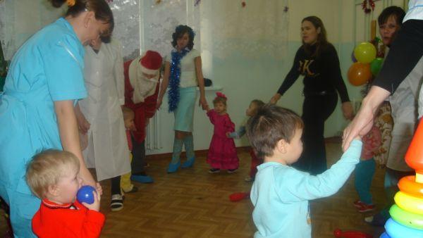 Водим хоровод с Дедом Морозом))