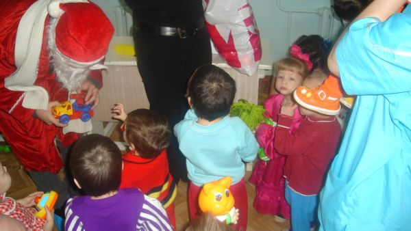 Дед мороз, поводил с детьми хоровод, спел песенку и начал раздавать подарки. Дети чуть не передавили друг друга)) Каждый норовил залезть вперед и ухватить побольше)) Но Дедушка, как и договорились, сначала спрашивал у каждого что-нибудь простое – имя, возраст, а потом давал за это подарок.
