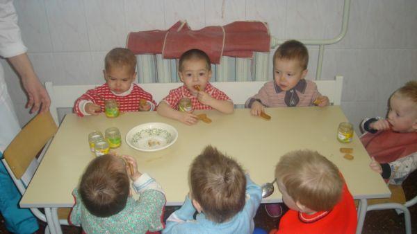 После представления и совместных игр, детей повели кушать привезенные нами фруктовые пюре и печенье.