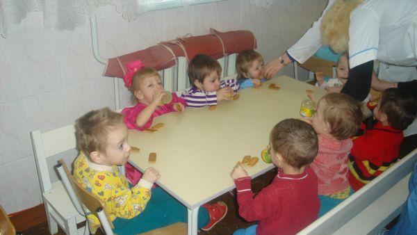 Дети ели очень жадно, как будто в первый раз. Наверно, их редко балуют... Все попросили добавку печенья. Пюре пили, как сок, прямо из баночек, но у тех, у кого не получалось, медсестры покормили с ложечки.