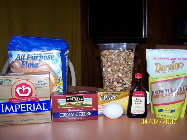 """Печенье ореховое. Необходимые ингридиенты. Тесто: 100 гр. размягченного маргарина, 100 гр. """"Филадельфии"""", 1 стакан муки.  Начинка: 2 ст. ложки растопленного масла, 1 яйцо, 2/3 стакана коричневого сахара, ванилин, 2/3 стакана измельченных грецких орехов."""