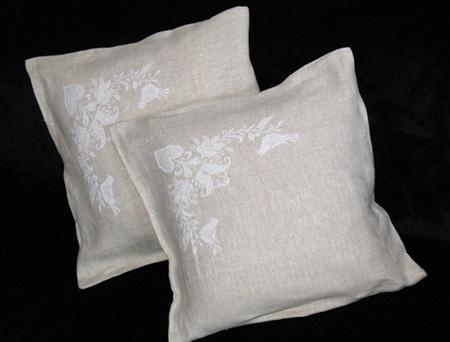 Еще один комплект наволочек для самодельных подушек.[br][br] Материал - лён, купленный на Трёхгорке. Нитки - пакистанский белый Anchor, 2.5 мотка. Схема - из каталога RICO.