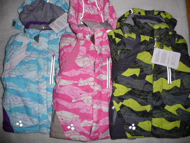 Модель 1142СА09 ALAIN Цена 2250 р. Детская куртка модного покроя. Ватин 200г., подкладка изнейлона, спереди вшитын карманы на водонепроницаемых молниях, капюшон на резинке, внутреняя ветрозащита  голубой цвет: 110,116, 128 розовая: 122, 128, 134 черно-желтая  122