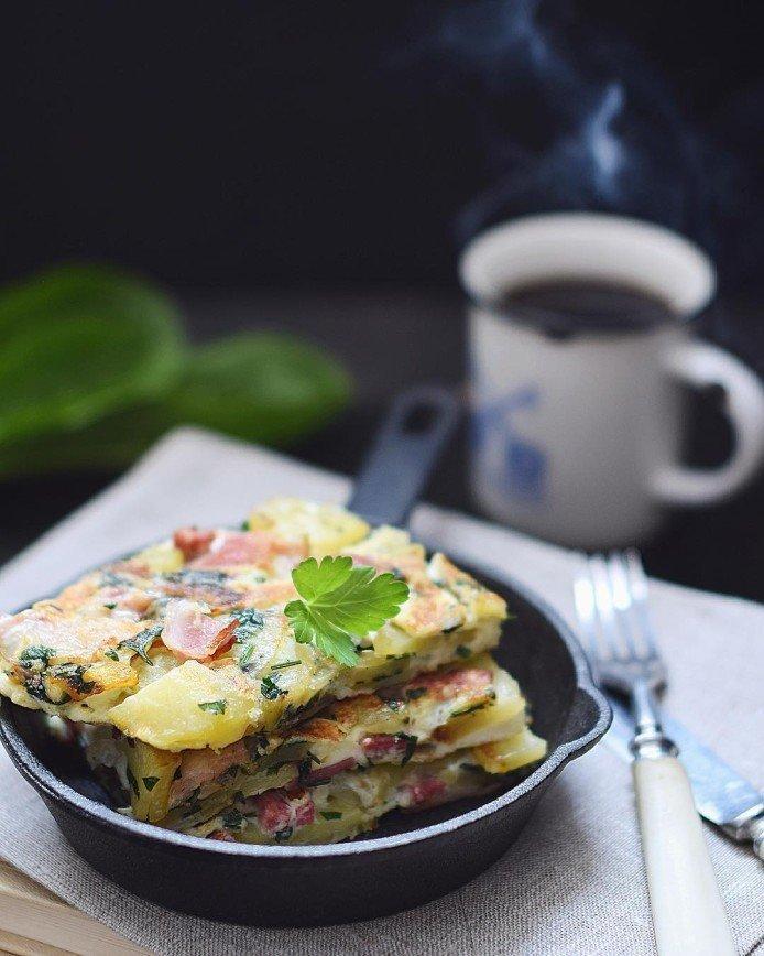 Испанская тортилья с картофелем, беконом и красным луком: [b]Ингредиенты:[/b]  • Оливковое масло – 50 мл.  • Картофель – 400 гр.  • Красный лук – 2