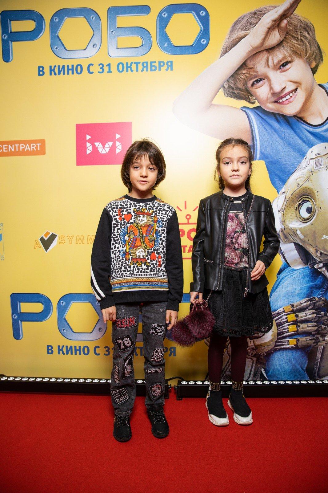 Екатерина Шпица, Сергей Жуков, Эвелина Бледанс и Михаил Башкатов (все с детьми!) на премьере семейного фильма «Робо»