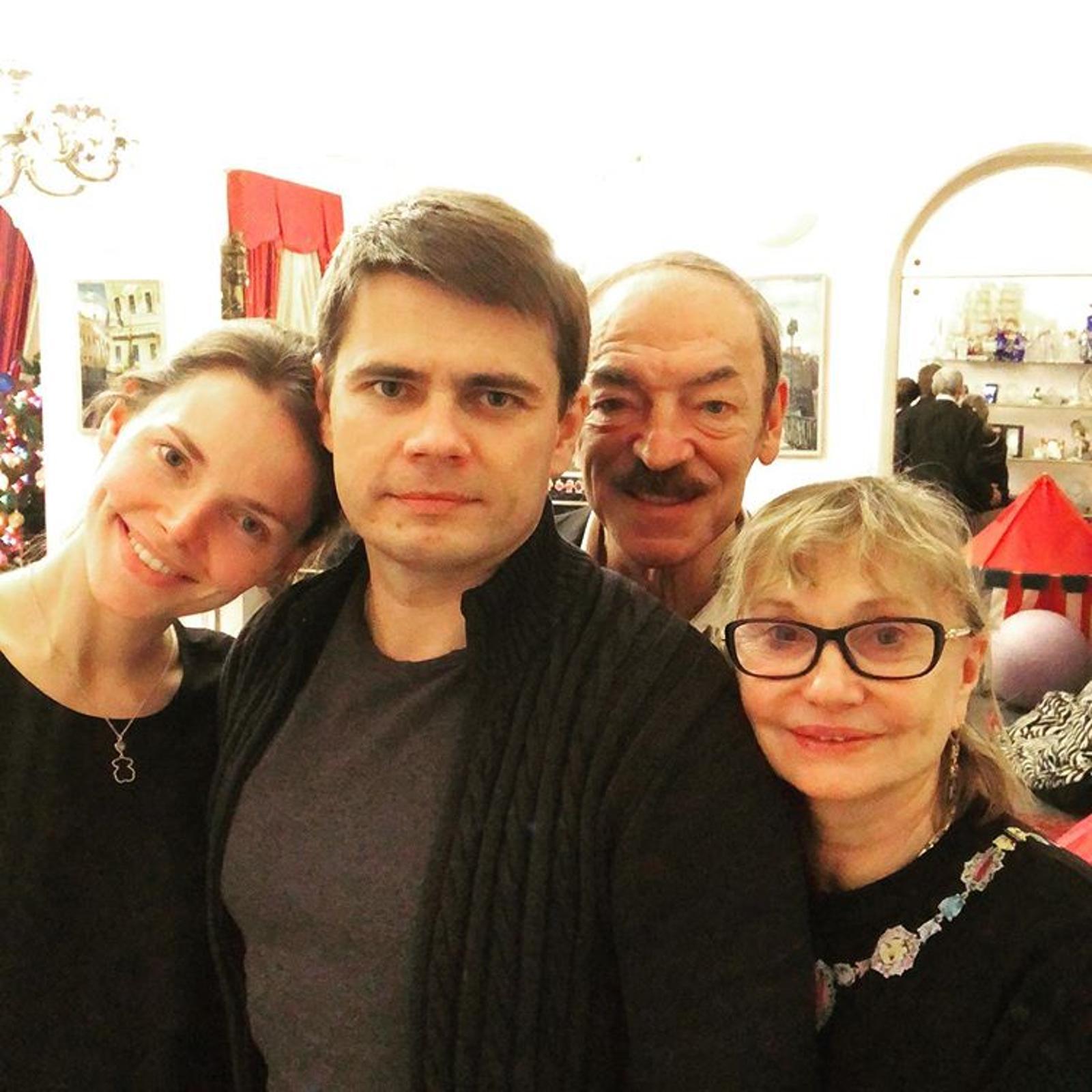 Елизавета Боярская поделилась редким фото с родителями в честь юбилея брата