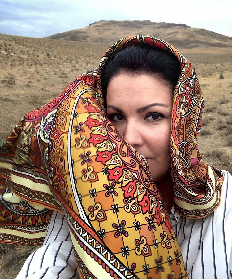 Точно все влезет! Анна Нетребко показала самую модную сумку для шопинга: