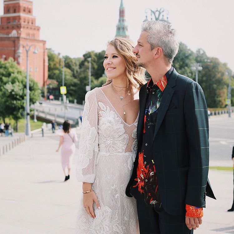 Настоящий перформанс! Как Ксения Собчак на собственной свадьбе демонстрировала чудеса растяжки в неглиже