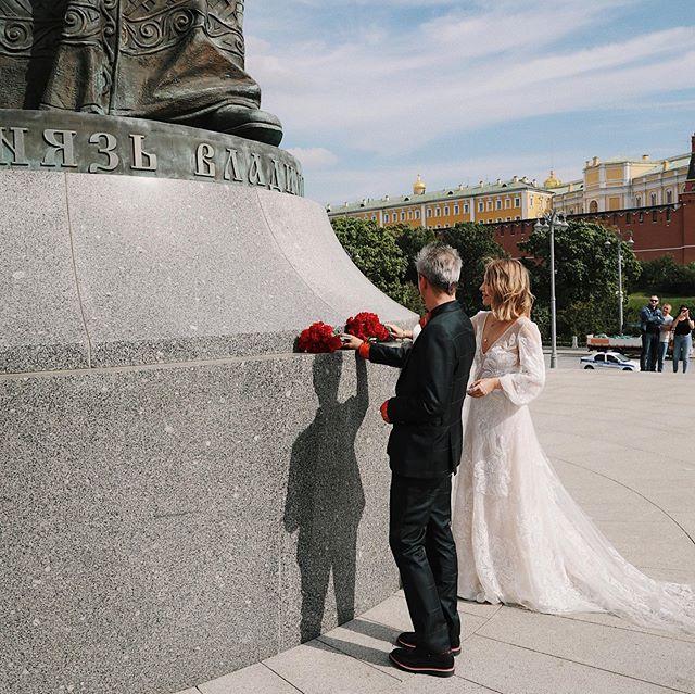 Катафалк, аляповатая рубашка и прогулка по Красной площади: чем запомнилась свадьба Ксении Собчак