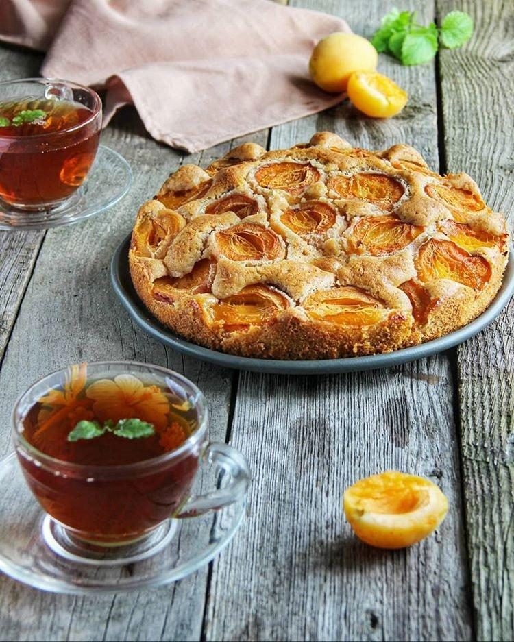 Настоящее наслаждение: пышный пирог с корицей и абрикосами
