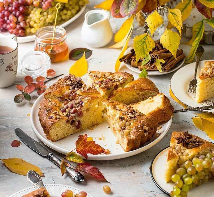 Осенняя выпечка: готовим творожный пирог с виноградом и грецкими орехами