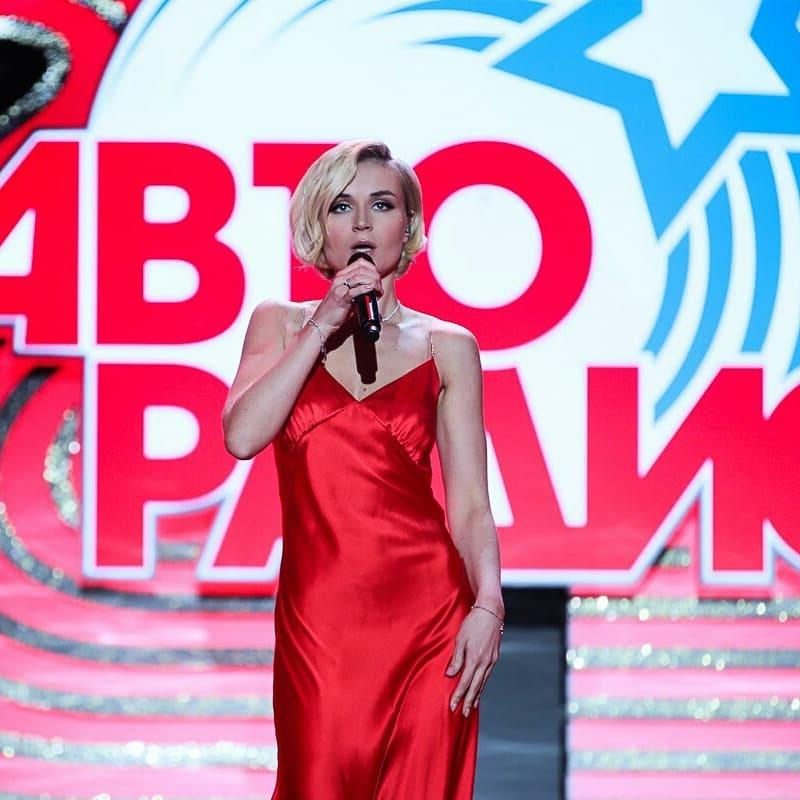 «Нет форм для таких нарядов»: Полина Гагарина надела платье для пышногрудых красавиц