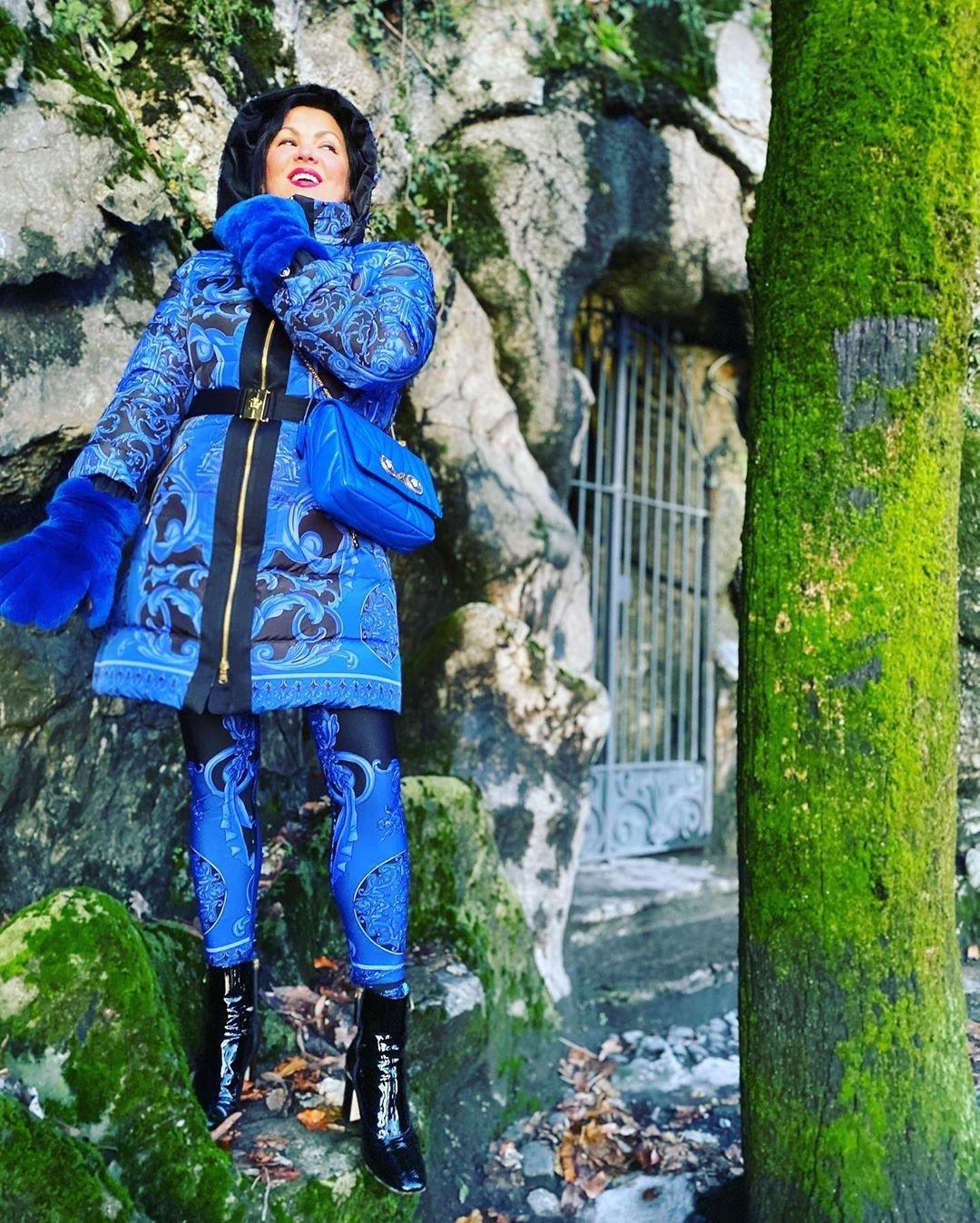 Цвет настроения синий: Анна Нетребко показала дерзкий монохромный образ