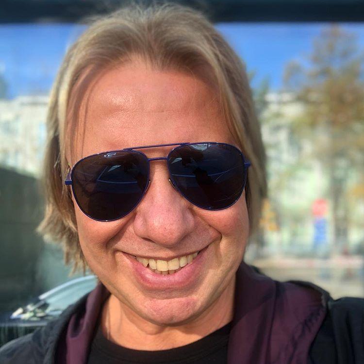 И шорты в цвет! Продюсер Виктор Дробыш устроил релакс на розовом фламинго