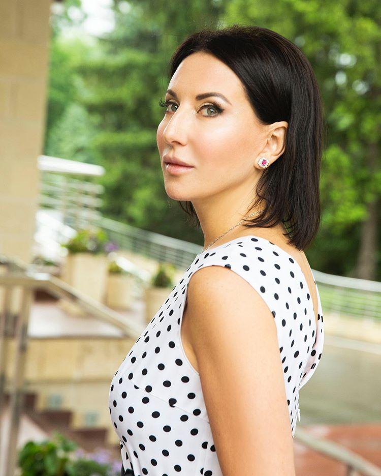 Без фотошопа: Алика Смехова показала фигуру в белом бикини