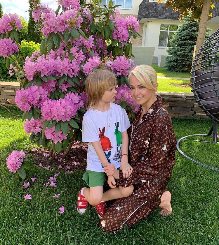Сколько больных на голову: Яна Рудковская резко осадила критиканов ее младшего сына